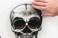 17020 cikkszámú tapéta.Feliratos-számos,különleges motívumos,ezüst,fehér,fekete,piros-bordó,szürke,anyagában öntapadós falmatrica