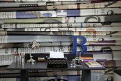 p130801-4 cikkszámú tapéta.3d hatású,feliratos-számos,különleges motívumos,retro,fehér,fekete,kék,lila,narancs-terrakotta,gyengén mosható,vlies poszter, fotótapéta